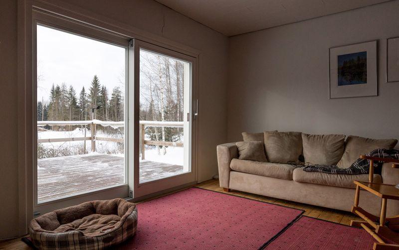 Liukuovi talvella rintamamiestalon olohuoneessa