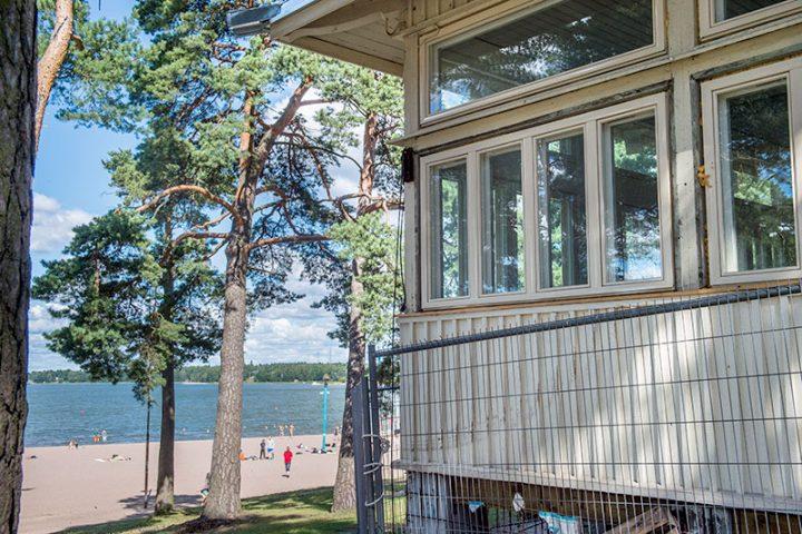 Hietarannan paviljonki Helsingissä oli purku-uhan alla mutta se päätettiin kunnostaa ja uusien ikkunoiden myötä se käy ympärivuotiseen käyttöön