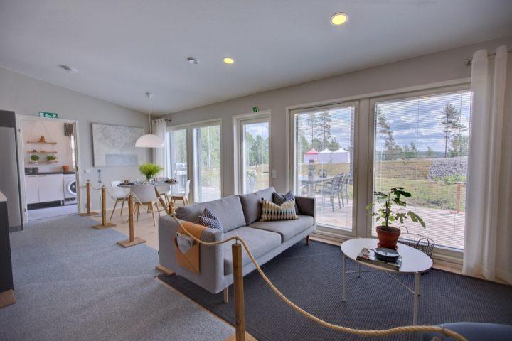 Mikkeliläisen omakotitalon valoisat lähes lattiasta kattoon ylettyvät maisemaikunat olohuoneessa tuovat luonnon lähelle