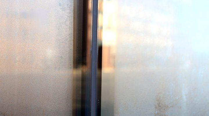 Ikkunan huurtuminen ulkopuolelta on luonnollinen ilmiö.