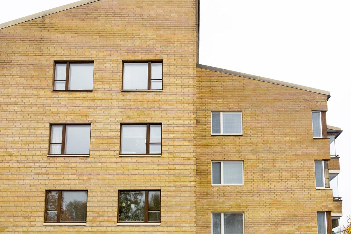 Kerrostalon vanhat tummat ikkunapuitteet vasemmalla ja uudet valkoiset puitteet oikealla puolella