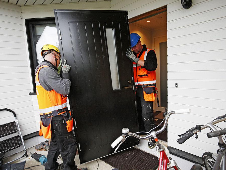 Tiivin Kristalli -ovien ovilehden rakenteen alumiinijäykistys 15 vuoden suoranapysymistakuu vakuutti taloyhtiön edustajat ovien jämäkästä rakenteesta.