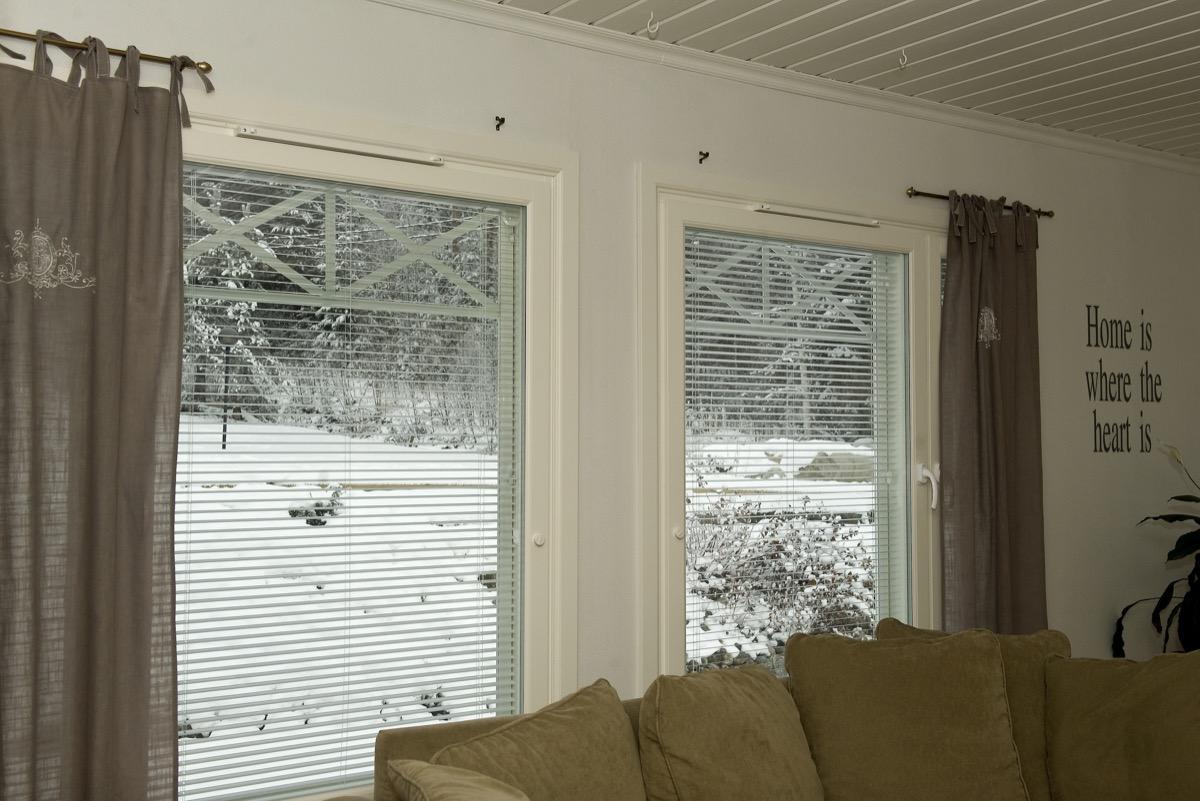 Omakotitalon ikkunaremontti Heinavesi olohuoneen ikkunat.jpg