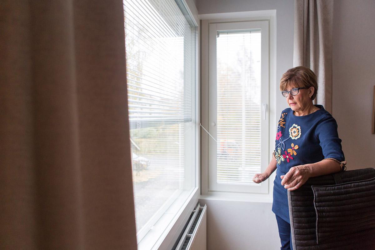 Sälekaihtimet kerrostalon asunnon kulmaikkunassa ja olohuoneen ikkunassa, joka avautauu pihalle päin