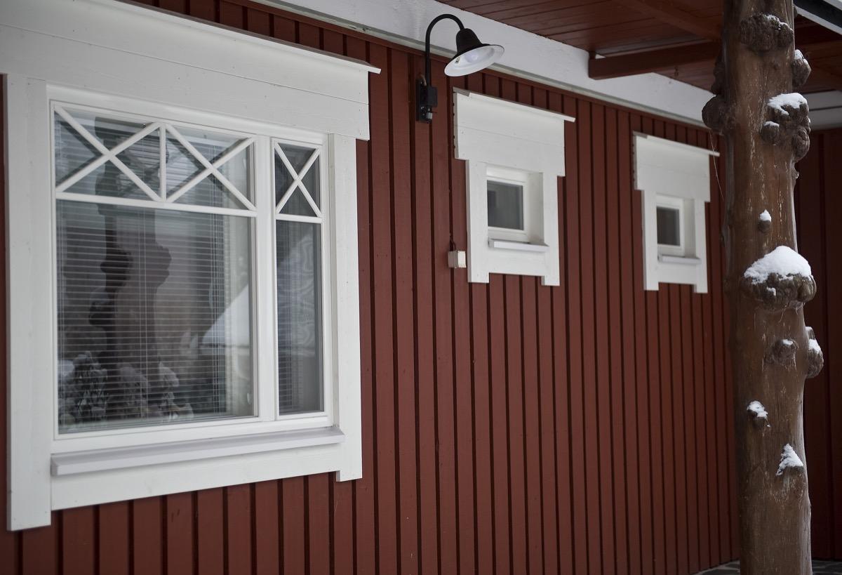 Omakotitalon remontoidut ikkunat ulkoa Heinavesi.jpg