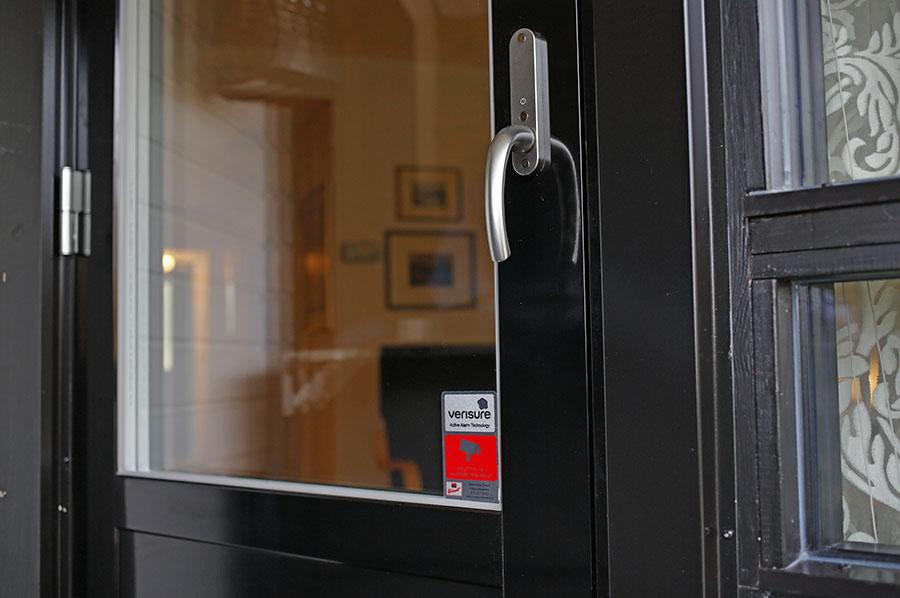 Taloyhtiön parvekeoviremontti vähensi lämpöhukkaa ja paransi asumismukavuutta. Ovien edessä ei tunnu enää viileitä kohtia