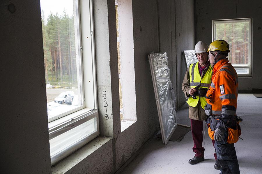 Hankesuunnittelija ja rakennusarkkitehti Risto Haukka ohjasi Joensuun julkisen rakennuksen ikkunaremonttia Siilaisen terveyskeskuksen uudisosien suunnittelussa Tiivin kanssa