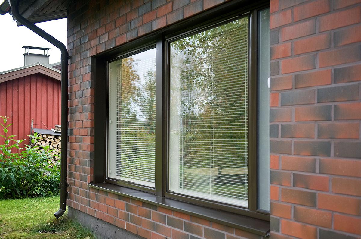 Omakotitalon remontissa uusitut ikkunat ja ikkunoiden vesipellit ja vuorilaudat on tehty hyvin talon ulkonäköön sopivaksi värityksen ja ulkonäkönsä puolesta.