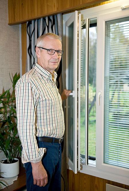Terho Happonen uusien ikkunoidensa vieressä. Uudet Tiivi Kristalli -ikkunat vaihdettiin remontissa ja vanhojen tummat puitteet vaihtuivat vaaleisiin joka vaikutti asunnon ilmeeseen selkeästi