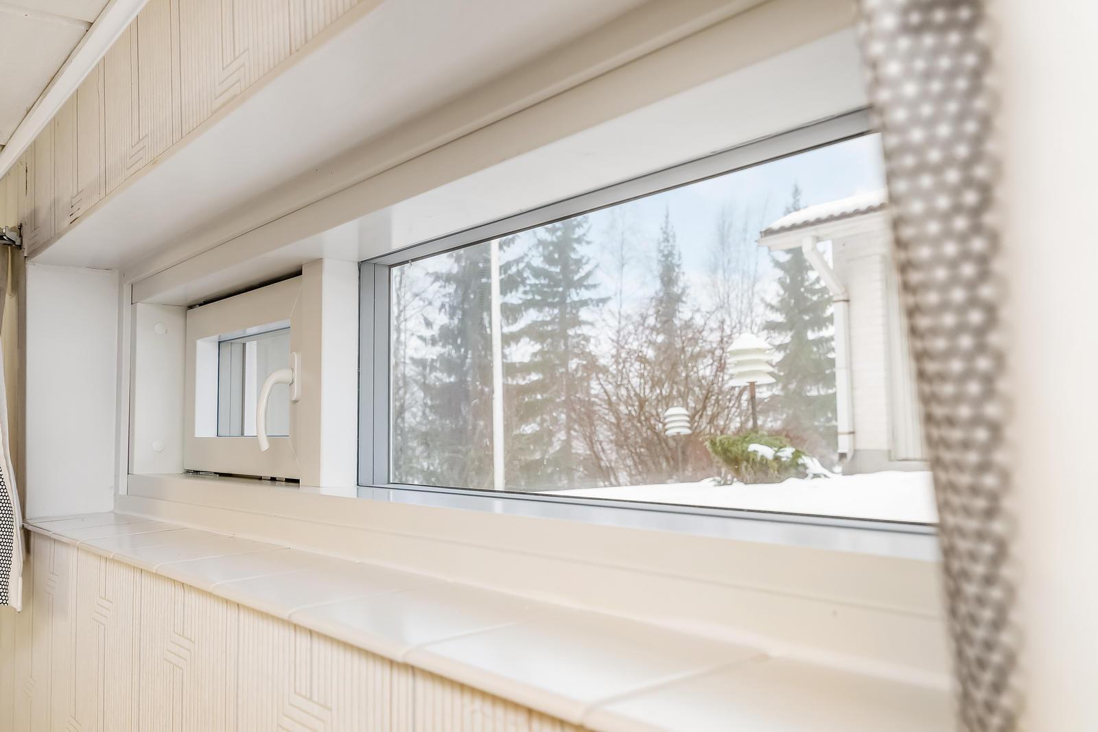 Makuuhuone matala ikkuna